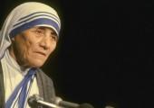 Matka Teresa z Kalkuty świętą.